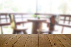 Ο θολωμένος ξύλινος πίνακας εικόνας και η καρέκλα και ο πίνακας θέτοντας επάνω Στοκ φωτογραφία με δικαίωμα ελεύθερης χρήσης