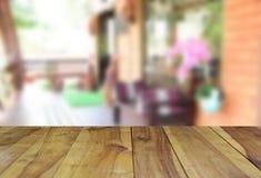 Ο θολωμένος ξύλινος πίνακας εικόνας και η καρέκλα και ο πίνακας θέτοντας επάνω Στοκ Φωτογραφίες