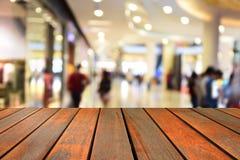 Ο θολωμένος ξύλινος πίνακας εικόνας και οι αφηρημένοι άνθρωποι περπατούν στο sho στοκ εικόνες με δικαίωμα ελεύθερης χρήσης