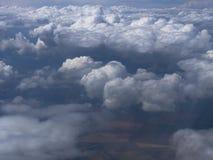 Ο θυελλώδης σωρείτης καλύπτει, διαγώνια στο πλαίσιο, υψηλό επάνω από τη γη, επάνω από τα τετράγωνα των τομέων στην ελαφριά ομίχλη Στοκ φωτογραφία με δικαίωμα ελεύθερης χρήσης
