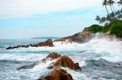 Ο θυελλώδης ωκεανός με τα κύματα που κτυπούν ενάντια στους βράχους Στοκ φωτογραφία με δικαίωμα ελεύθερης χρήσης