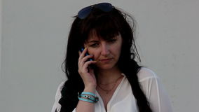 Ο θυμός γυναικών κλείνει το τηλέφωνο το τηλέφωνο, νευρικό, μετά από να περάσει από ένα τηλεφώνημα απόθεμα βίντεο