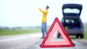 Ο θυμός δεν απογοήτευσε το άτομο με το αναλύω αυτοκίνητό του με τα φω'τα κινδύνου που προσπαθεί να καλέσει αλλά είναι κανένα σήμα απόθεμα βίντεο