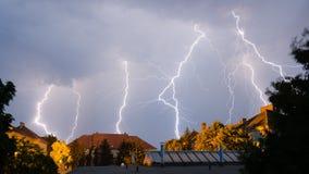 Ο θυμός ουρανών χτυπά κάτω από τους πολλαπλάσιους χρόνους Στοκ φωτογραφία με δικαίωμα ελεύθερης χρήσης