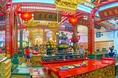 Ο θυσιαστικός πίνακας στον κινεζικό ναό Guanyin Gumiao, Yangon, Στοκ Φωτογραφίες