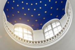 Ο θόλος από το εσωτερικό με τα αστέρια, το φως μέσω των παραθύρων Στοκ Εικόνες