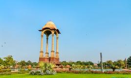 Ο θόλος πίσω από την πύλη της Ινδίας στο Νέο Δελχί στοκ εικόνα