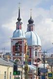 Ο θόλος και το καμπαναριό της εκκλησίας Αγίου Pantaleon στο υπόβαθρο του νεφελώδους ουρανού Πετρούπολη Άγιος Στοκ φωτογραφία με δικαίωμα ελεύθερης χρήσης
