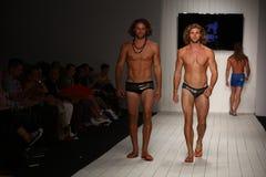 Ο διάδρομος περιπάτων προτύπων στο σχεδιαστή κολυμπά την ενδυμασία κατά τη διάρκεια της επίδειξης μόδας ασβέστιο-Ρίο-ασβέστιο Στοκ εικόνα με δικαίωμα ελεύθερης χρήσης