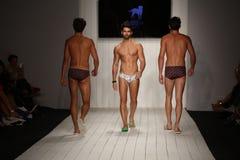 Ο διάδρομος περιπάτων προτύπων στο σχεδιαστή κολυμπά την ενδυμασία κατά τη διάρκεια της επίδειξης μόδας ασβέστιο-Ρίο-ασβέστιο Στοκ φωτογραφίες με δικαίωμα ελεύθερης χρήσης