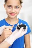 Ο διαβήτης, παιδί ερευνά τα επίπεδα ζάχαρης στοκ εικόνα