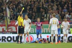 Ο διαιτητής ποδοσφαίρου παρουσιάζει κίτρινη κάρτα Στοκ Φωτογραφίες