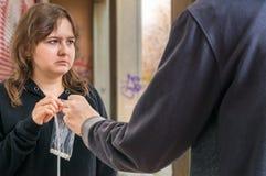 Ο διακινητής ναρκωτικών περνά τα άσπρα χάπια στη νέα εθισμένη γυναίκα Στοκ φωτογραφία με δικαίωμα ελεύθερης χρήσης