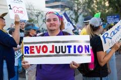Ο διαμαρτυρόμενος ατού κρατά το σημάδι επαναστάσεων στη συνάθροιση του Phoenix Στοκ Εικόνα