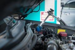 Ο διανομέας αερίου για ανεφοδιάζει σε καύσιμα το όχημα που τροφοδοτεί τη δυνατότητα Στοκ εικόνα με δικαίωμα ελεύθερης χρήσης