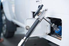 Ο διανομέας αερίου για ανεφοδιάζει σε καύσιμα το όχημα που τροφοδοτεί τη δυνατότητα Στοκ φωτογραφία με δικαίωμα ελεύθερης χρήσης