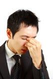Ο ιαπωνικός επιχειρηματίας πάσχει από ένα eyestrain  Στοκ φωτογραφία με δικαίωμα ελεύθερης χρήσης