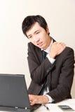 Ο ιαπωνικός επιχειρηματίας πάσχει από τον πόνο λαιμών Στοκ εικόνα με δικαίωμα ελεύθερης χρήσης