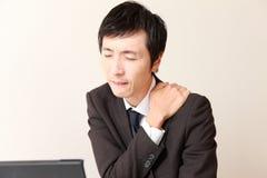 Ο ιαπωνικός επιχειρηματίας πάσχει από τον πόνο λαιμών Στοκ Εικόνες