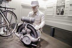 Ο ιαπωνικός εργαζόμενος (πλαστός) προσπαθεί να κάνει την πρώτη μοτοσικλέτα στοκ φωτογραφία με δικαίωμα ελεύθερης χρήσης