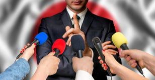 Ο ιαπωνικός υποψήφιος μιλά στους δημοσιογράφους - έννοια δημοσιογραφίας Στοκ Φωτογραφία