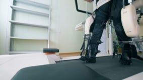 Ο ιατρικός εξοπλισμός βοηθά έναν ασθενή για να ανακτήσει σε μια κλινική 4K απόθεμα βίντεο