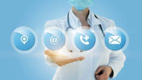 Ο ιατρικός εργαζόμενος παρουσιάζει εικονίδια επαφών Στοκ Φωτογραφία