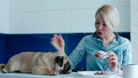 Ο ιδιοκτήτης που πειράζει το σκυλί με ένα κουλούρι φιλμ μικρού μήκους