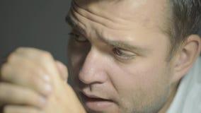 Ο ιδιωτικός αστυνομικός τύπων σε ένα άσπρο πουκάμισο ακούει το συνομιλητή με ένα έκπληκτο πρόσωπο στο γραφείο του απόθεμα βίντεο