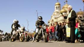 Ο ιερέας ευλογεί τους μοτοσυκλετιστές πριν από το ταξίδι απόθεμα βίντεο