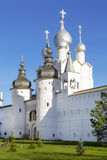 Ο ιερός Γκέιτς, η εκκλησία αναζοωγόνησης και ο τοίχος του Κρεμλίνου του Ροστόφ Veliky Στοκ Φωτογραφίες
