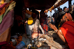 Ο ιερός μπαμπάς Naga ατόμων κάθεται μέσα στη σκηνή στοκ εικόνες