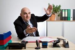 Ο διευθυντής εξηγεί με τις ταραχώδεις χειρονομίες μια κατάσταση Στοκ Εικόνες