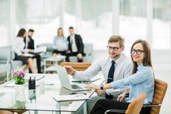 Ο διευθυντής και ο λογιστής πωλήσεων εργάζονται σε ένα lap-top με το financ Στοκ φωτογραφίες με δικαίωμα ελεύθερης χρήσης
