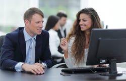 Ο διευθυντής και ο υπάλληλος συζητούν το πρόβλημα εργασίας Στοκ Φωτογραφίες