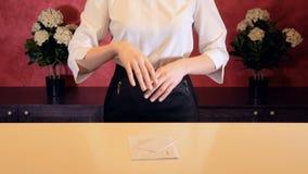 Ο διευθυντής ξενοδοχείων δίνει το κλειδί στο δωμάτιο ξενοδοχείου στην υποδοχή Κινηματογράφηση σε πρώτο πλάνο απόθεμα βίντεο