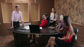 Ο διευθυντής που μιλά στη διάσκεψη στους συναδέλφους τους απόθεμα βίντεο