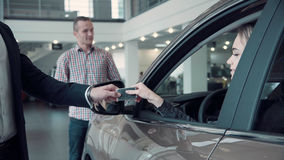Ο διευθυντής πωλήσεων δίνει στον πελάτη τα κλειδιά από το αυτοκίνητο Στοκ Εικόνες