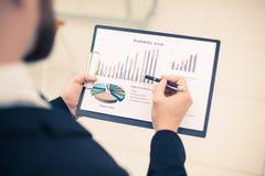Ο διευθυντής πωλήσεων κάνει την ανάλυση του μάρκετινγκ των εκθέσεων Στοκ φωτογραφία με δικαίωμα ελεύθερης χρήσης