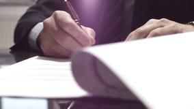 Ο διευθυντής υπογράφει τη σύμβαση φιλμ μικρού μήκους