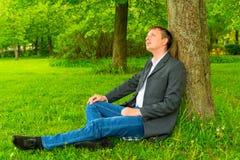 Ο διευθυντής χαλαρώνει στο πάρκο Στοκ φωτογραφία με δικαίωμα ελεύθερης χρήσης