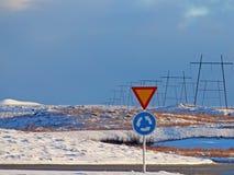 Οδικά σημάδια: διασταύρωση κυκλικής κυκλοφορίας και παραγωγή Στοκ Εικόνες