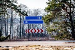 Οδικά σημάδια και γραμμές στην άσφαλτο Στοκ εικόνα με δικαίωμα ελεύθερης χρήσης
