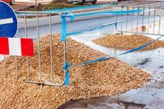 οδικές εργασίες εγκαταστάσεων τάφρων κατασκευής Κοίλωμα αμμοχάλικου αναχωμάτων, περιορισμένος με τις κορδέλλες και το s στοκ εικόνες