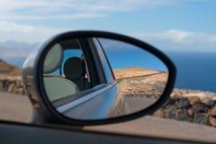 Οδική αντανάκλαση καθρεφτών αυτοκινήτων που οδηγεί Lanzarote Στοκ Εικόνες