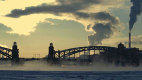 Οδική γέφυρα πέρα από τον παγωμένο ποταμό το χειμώνα απόθεμα βίντεο