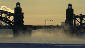 Οδική γέφυρα πέρα από τον παγωμένο ποταμό το χειμώνα φιλμ μικρού μήκους