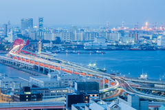 Οδική εναέρια άποψη πόλεων του Kobe πέρα από το θαλάσσιο λιμένα Στοκ Φωτογραφίες