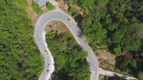 Οδική καμπύλη βουνών με τον εναέριο πυροβολισμό αυτοκινήτων HD φιλμ μικρού μήκους