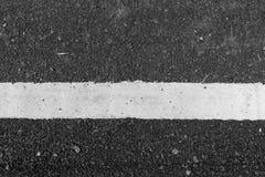 Οδική μαύρη σύσταση ασφάλτου με την άσπρη γραμμή Στοκ Εικόνες